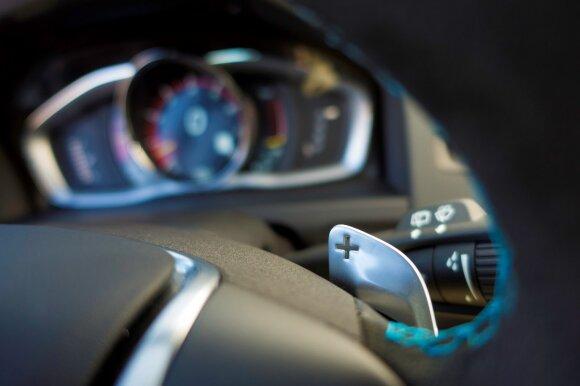 Už alkantara apsiūto vairaračio įtaisytos mentelės atrodo dailiai, bet palietus paaiškėja, kad jos plastikinės.