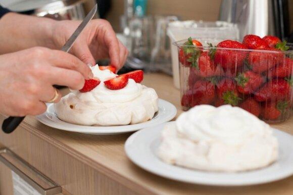 """R. Ničajienės """"Sezoninės virtuvės"""" receptai: """"Pavlovos"""" morenginiai pyragaičiai su braškėmis"""