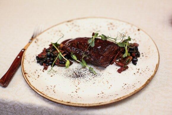 Jautienos kepsnys su keptais pievagrybiais, traškia šonine, pupelėmis bei raudono vyno padažu