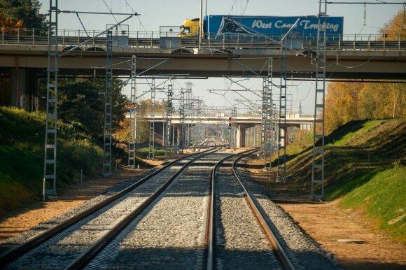 Mašinistas papasakojo, kodėl traukiniai nelaukia vėluojančių ir kas būtų, jei jis nualptų