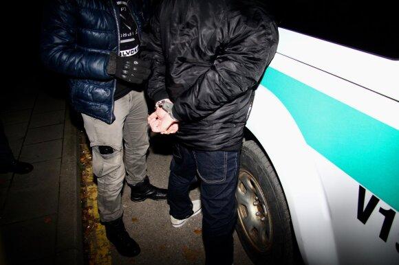 Net mėnesį pasaloje budėjusiems pareigūnams – kolegos išdavystė: narkotikų prekeiviui nutekino slaptą informaciją