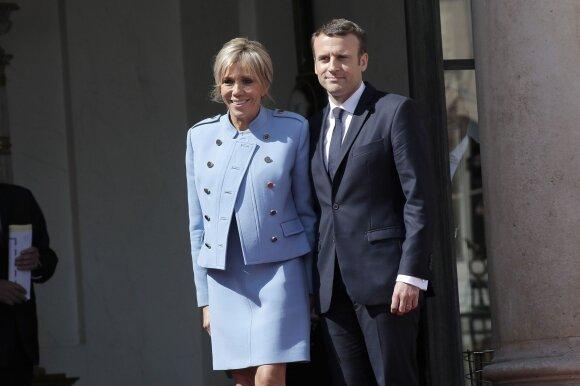 "Brigitte Macron vilki ""Louis Vuitton"" kostiumėlį"