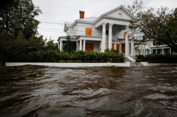 """JAV Rytų pakrantę siaubiantis uraganas """"Florence"""" negailestingas: jau pareikalavo aukų"""