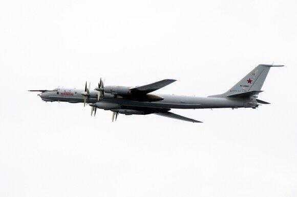 """Rusų """"Tupolev TU-142"""" praskrenda šalia NATO pajėgų pratybų """"Trident Juncture 2018"""" metu"""