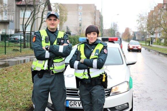 Klaipėdos kelių policijos pareigūnai Nerijus Butkus ir Fajeta Rušinskytė