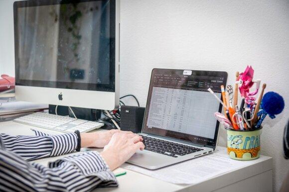 Nuotolinio darbo pasekmės: 3 valandomis ilgesnis darbadienis ir pervargę darbuotojai