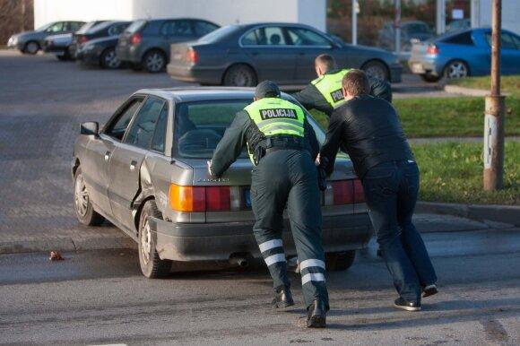 Lietuvos vairuotojai stebina: pagalbos laukia ne tik sugedus varikliui, bet ir prakiurus padangai