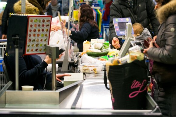 Stebi paradoksalų reiškinį: dėl kainų besiskundžiančių lietuvių pirkiniai kelia nuostabą