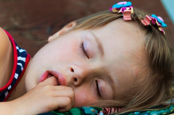 Vaikas čiulpia pirštą: drausti ar nekreipti dėmesio