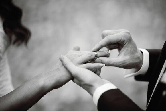 Siūlo išsigelbėjimą vienišiems: kur ir už kiek susirasti padorų sutuoktinį