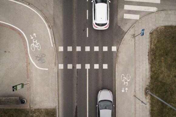 Paaiškino dviratininkams ir paspirtukininkams, kada reikia eiti pėsčiomis, kada – galima važiuoti