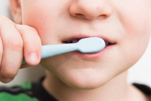 Patyręs odontologas kategoriškas klaidingoms nuostatoms apie vaikų dantis: tėvams turi pagrindinį patarimą
