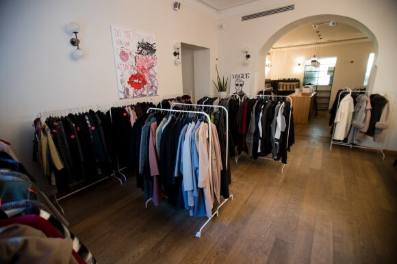Ką ir už kiek siūlo lietuviškos mados išpardavime: drabužius iš čia neša glėbiais