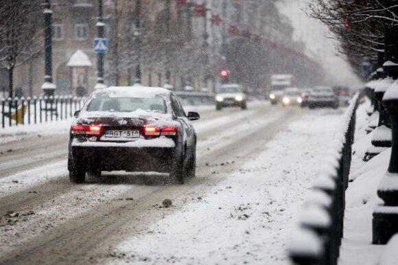 """""""Druskos sezonas"""" baigiasi: vairuotojai skaičiuoja nuostolius"""