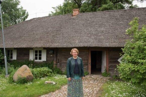 Smilgių kultūros centro direktorė L. Narkevičienė sako, kad gyvenamasis namas į šią vietą buvo atkeltas iš netolimo kaimo.
