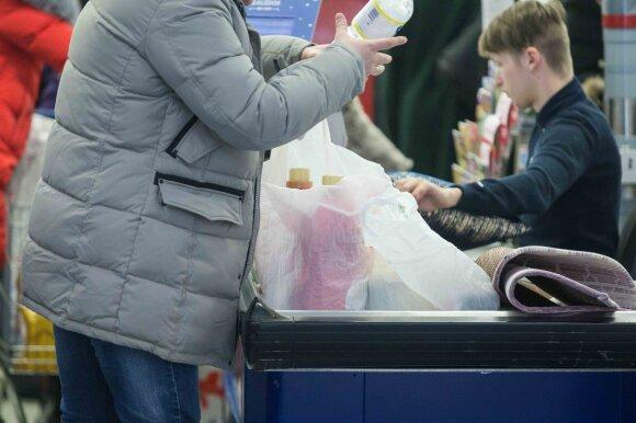 """Suvilioti nuolaidų pirkėjai šluoja prekes iš užsidarančios """"Maximos"""""""