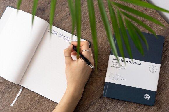 Ant akmens popieriaus galima rašyti įvairiais rašikliais, tik rašalas ne susigeria, o turi nudžiūti