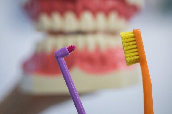 Daugeliui įprastas dantų valymas – kelias į ligas: kaip iš tikrųjų tai daryti