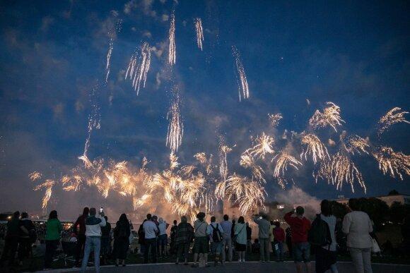 Minint šimtmetį, Vilniaus dangų nušvietė fejerverkai