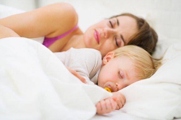 Mokslininkai atsakė į visiems tėvams svarbų klausimą: kada vaikai turėtų pradėti miegoti savo kambaryje?