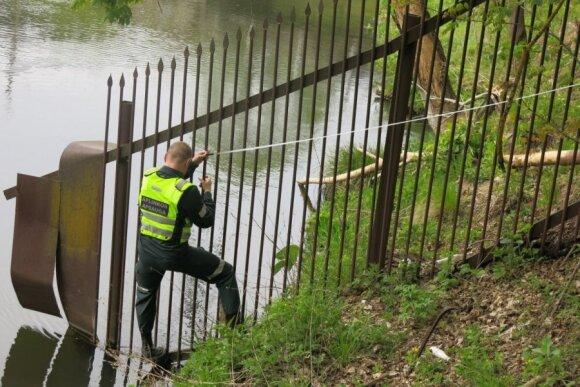 Aplinkosaugininkai matuoja nelegalias tvoras