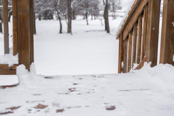 Medinės terasos priežiūra žiemą: kaip tinkamai ją valyti