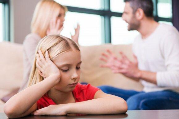 Apie ką nereikėtų kalbėtis prie vaikų: psichologė įvardino temas, kurios daro neigiamą įtaką