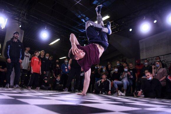 Breikas – sportinių šokių discipina (šoka BBoy Deni) / FOTO: Artūro Mažeikos