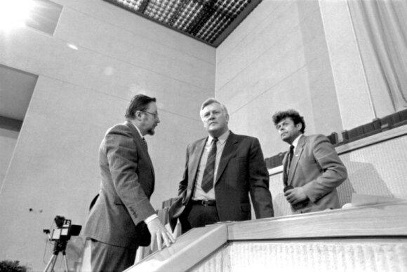LR Aukščiausiosios Tarybos pirmoji sesija, deputatai (iš kairės): Vytautas Landsbergis, Algirdas Mykolas Brazauskas, Česlovas Stankevičius