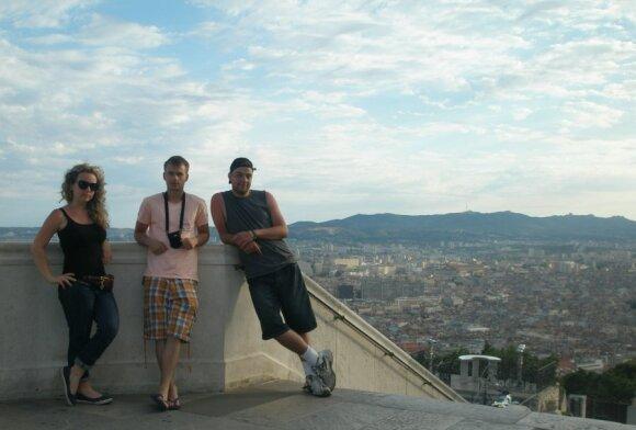 Už lietuvių nugarų atsiveria spūdinga Marselio  panorama