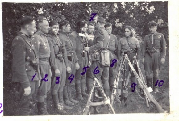 Vyčio apygardos Vienuolio būrio partizanų priesaika. 1949 m. liepos 30 d. Kryžių laiko būrio vadas Jonas Baltušnikas-Vienuolis (LGGRTC Genocido aukų muziejaus fondų nuotr.)