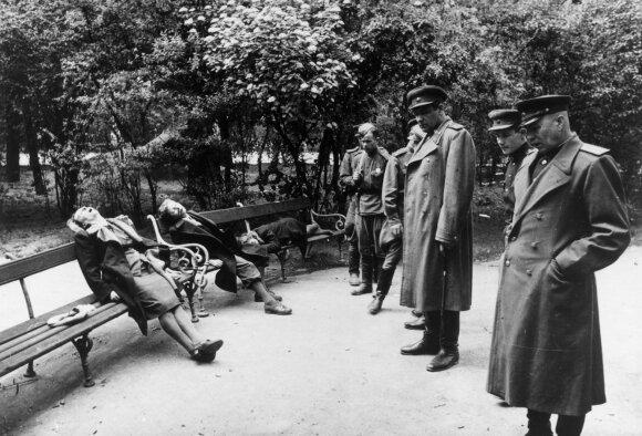 Sovietų kareiviai apžiūri nusižudžiusias austrų moteris