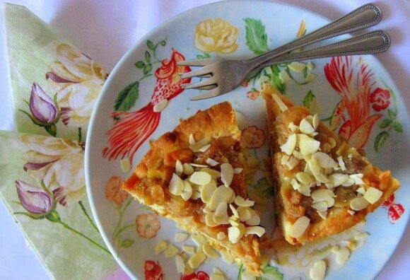 Obuolių pyragas su razinomis, migdolais ir medaus užpilu