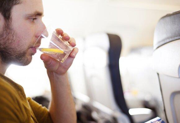 Nugaros skausmai, sutinusios kojos ir kitos bėdos skrydžio metu: ką daryti, kad šie negalavimai jus aplenktų?