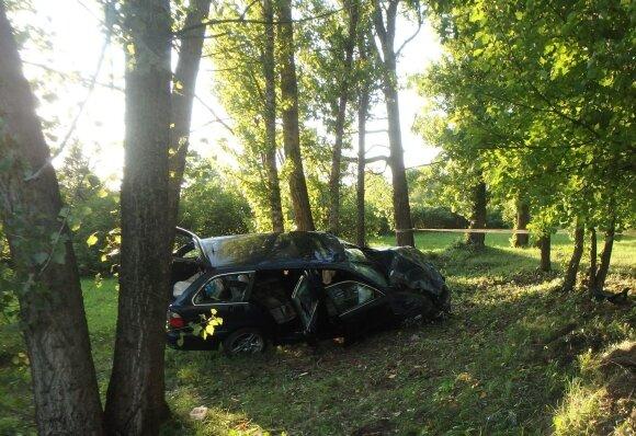 Jonavoje – girto vairuotojo avarija: po smūgio į medį apsivertė, yra sužeistų