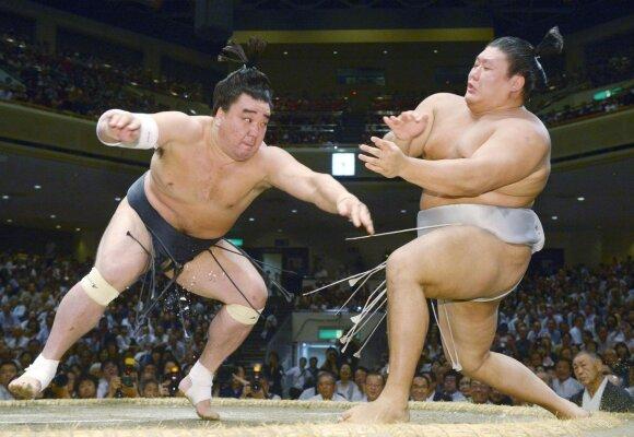 Harumafudžis (kairėje) ne kartą kovojo su savo tautiečiu Takanoiwa.