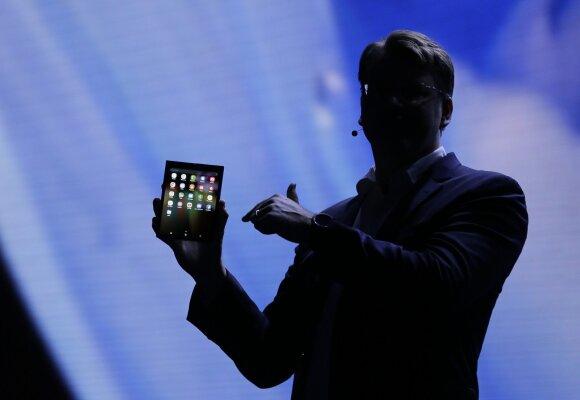 """""""Samsung"""" pristatė pirmąjį sulankstomą išmanųjį telefoną"""