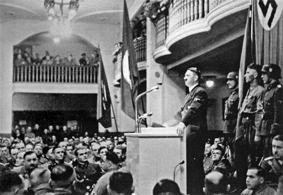 A. Hitleris kalba susirinkusiems Miuncheno Bürgerbräukeller aludÄje. 1943 m. lapkritis.