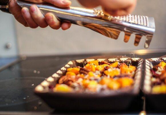 Orkaitėje keptas sviestinis moliūgas su pekano riešutais, džiovintomis spanguolėmis ir kietuoju sūriu