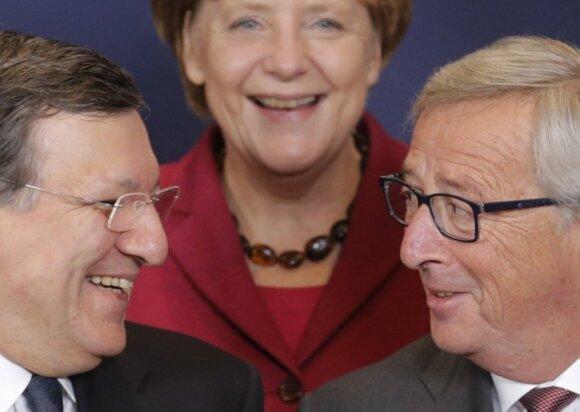 Angela Merkel (antrame plane), šypsosi šalia būsimo Europos Komisijos pirmininko Jeano Claude'o Juncerio (dešinėje) ir šias pareigas paliekančio pirmininko  Jose Manuelio Barroso.