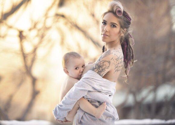 Geidžiama nėščiųjų fotografė žindo savo penkerių sūnų