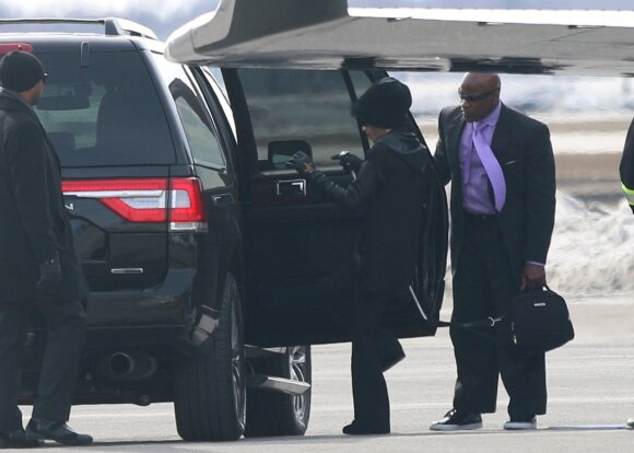 Prince'as iš lėktuvo išgabenamas į ligoninę