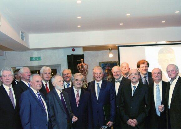Grupė pirmosios Vyriausybės ministrų. A.Sinevičius – aštuntas iš dešinės.