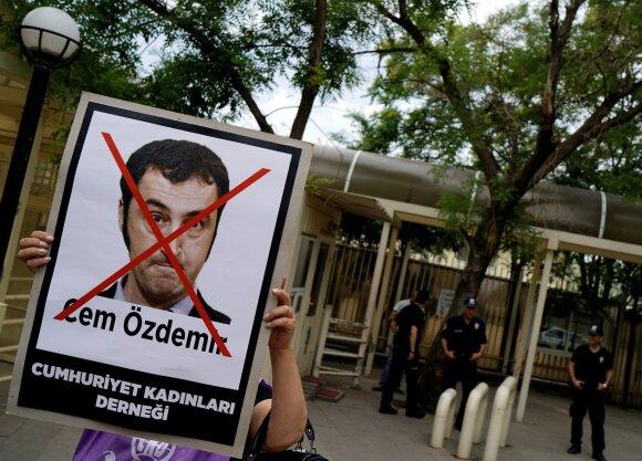 Cemo Ozdemiro atvaizdas ant plakato