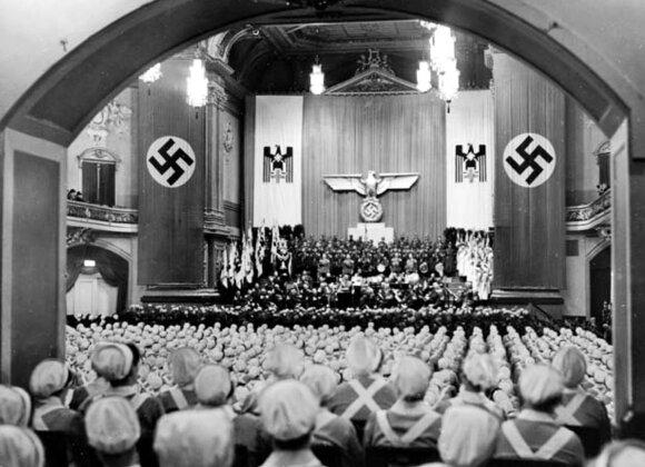 Į priesaikos ceremoniją Berlyne susirinkusios Vokietijos Raudonojo Kryžiaus slaugės. Kurt Friedrich, Archives of the German Red Cross.