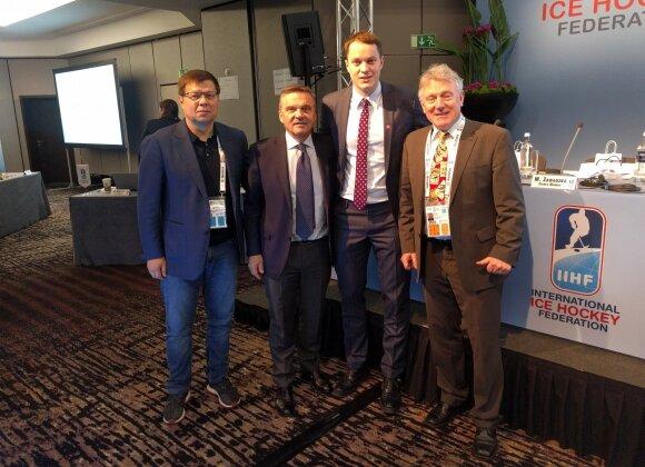 """Iš kairės: asociacijos """"Hockey Lietuva"""" generalinis sekretorius Vaidas Budrauskas, IIHF prezidentas Rene Faselis, asociacijos """"Hockey Lietuva"""" prezidentas Petras Nausėda ir Lietuvos vyrų rinktinės vyriausiasis treneris Berndas Haakė."""