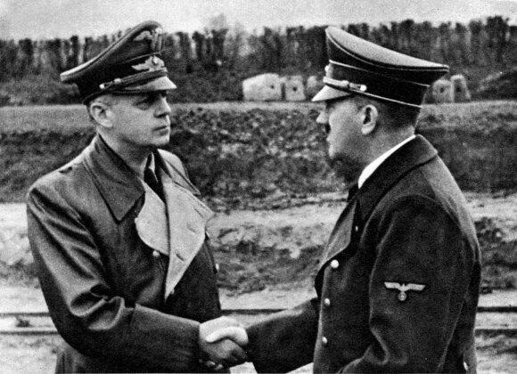 Joachimas von Ribbentropas (kairėje) ir Adolfas Hitleris