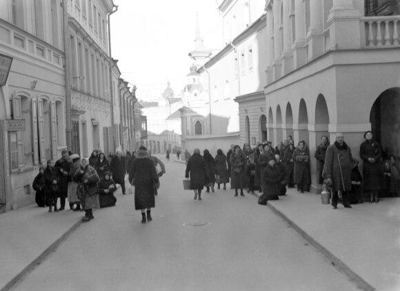 Kairėje Aušros Vartų g. 21 namas, prie kurio vartų 1943 m. buvo nužudyta Danuta Wyleżyńska (knygoje Dorota Deležynska), 1934 m. W. van de Poll, NA.