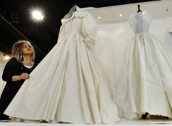 Dizainerė Elizabeth Emanuel ir jos kurta suknelė princesei Dianai.