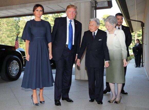 Melania Trump ir Donaldas Trumpas bei Japonijos imperatorius Akihito su žmona Michiko
